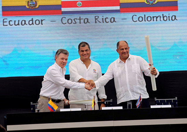 El presidente colombiano, Juan Manuel Santos, el presidente ecuatoriano, Rafael Correa y el presidente costarriqueño. Luis Guillermo Solís al sellar el acuerdo sobre los límites marítimos