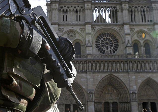 Soldado frances frente a la catedral Notre Dame en París