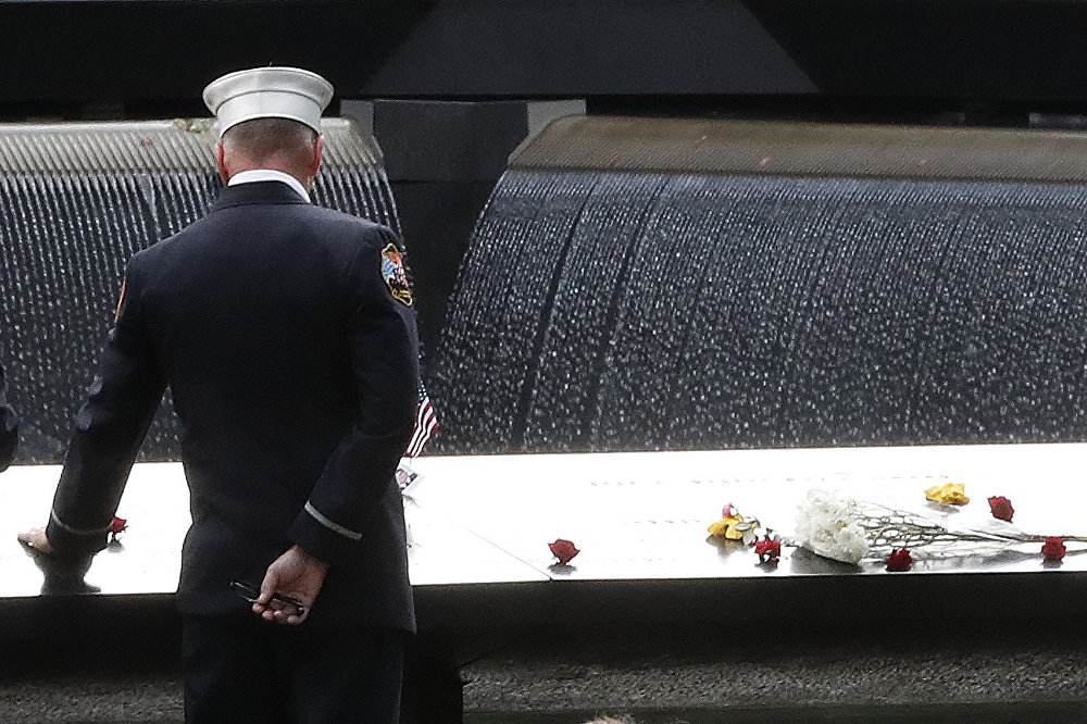 El 11 de septiembre el mundo recuerda la serie de terribles atentados terroristas cometidos en EEUU por miembros de la red yihadista Al Qaeda. Los actos contra los edificios del Centro Mundial de Comercio, el Pentágono y el cuarto avión estrellado en Pensilvania dejaron más de 3000 fallecidos y 6000 heridos.