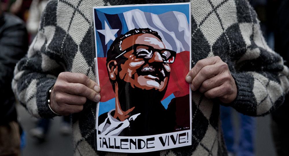 Cartel con la imagen de Salvador Allende, expresidente de Chile (1970-1973)