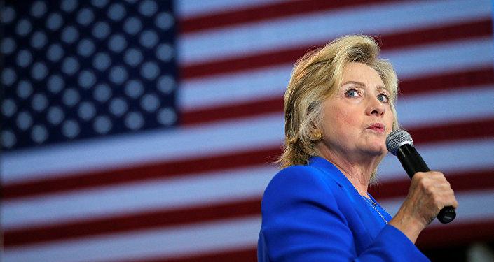 La candidata a la presidencia de EEUU, Hillary Clinton, durante una reunión con sus partidarios
