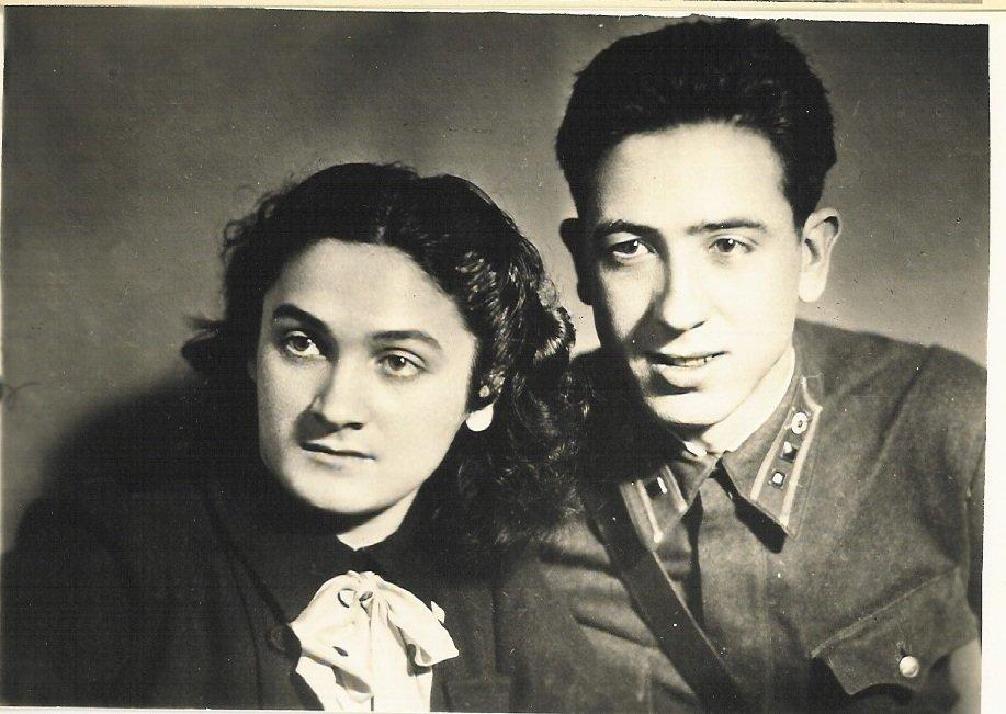Amaya Ruiz Ibárruri junto con su hermano, Rubén Ruiz Ibárruri, madre y tío de Lola Ruiz Sergueyeva