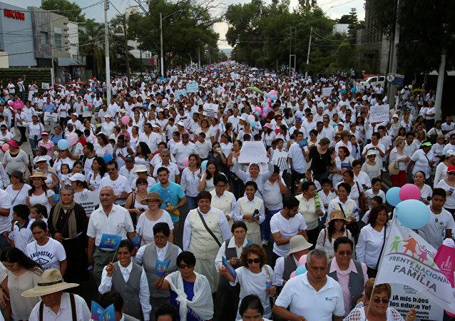 Una manifestación contra la iniciativa del presidente mexicano, Enrique Peña Nieto, sobre los matrimonios homosexuales en Guadalajara, el 11 de septiembre