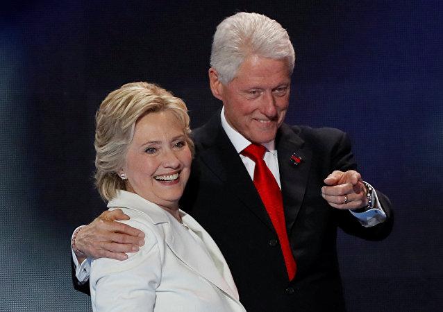 El expresidente estadounidense Bill Clinton (1993-2001) y la excandidata presidencial demócrata Hillary Clinton