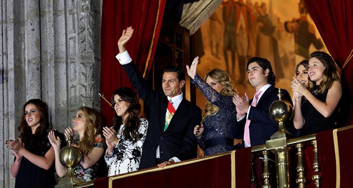 Enrique Peña Nieto y su esposa, Angélica Rivera, con sus hijos en el Palacio Nacional durante la fiesta de Independencia