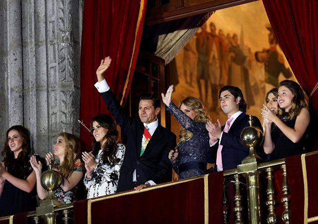 Enrique Peña Nieto y su esposa, Angélica Rivera en el Palacio Nacional durante la fiesta de Independencia