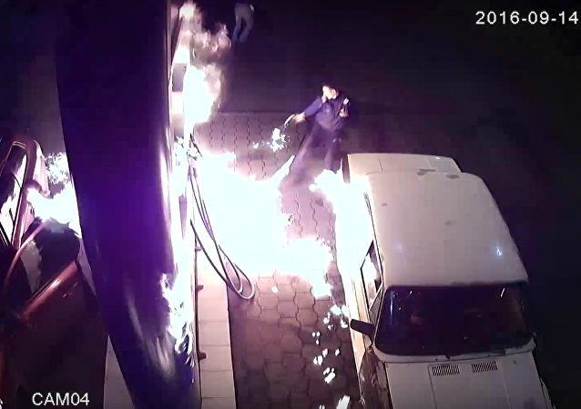 El peligro de jugar con fuego: un conductor provoca un incendio en una gasolinera