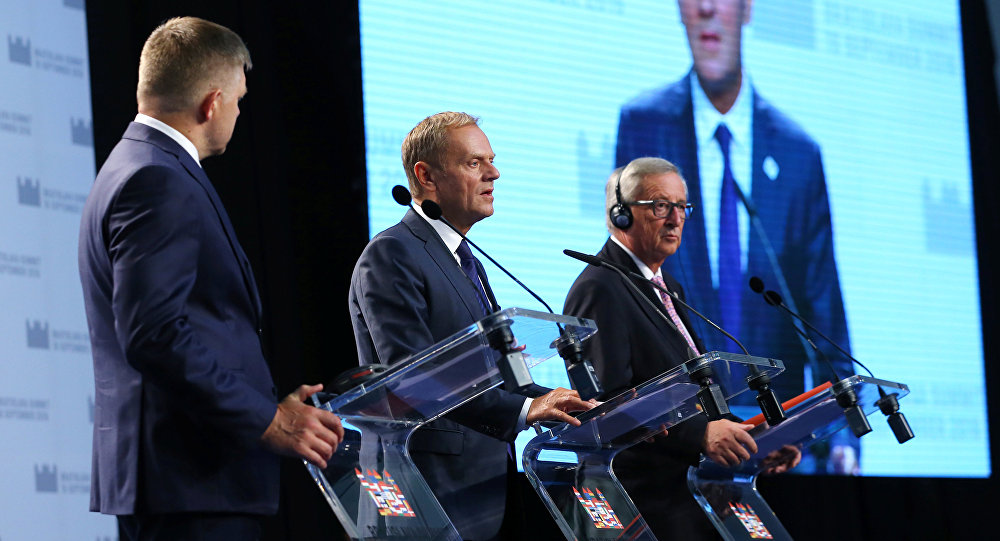 Primer ministro de Eslovaquia, Robert Fico, presidente del Consejo Europeo, Donald Tusk, y actual presidente de la Comisión Europea, Jean-Claude Juncker