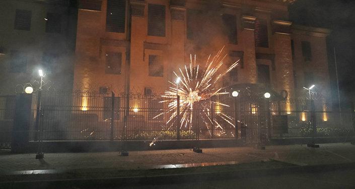 Atacan con pirotecnia la embajada rusa en Kiev