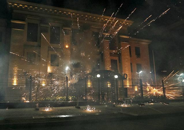 Petardos lanzados por los manifestantes cerca de la embajada de Rusia en Kiev