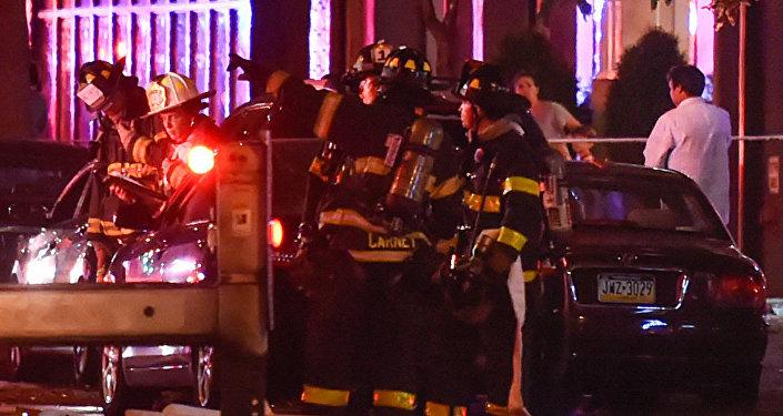 Bomberos cerca del sitio de una explosión en el barrio de Chelsea, en Manhattan, Nueva York