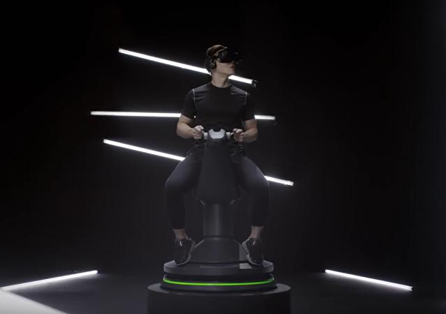 Un usuario en videogafas sobre una silla de montar