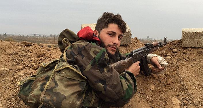 Un soldado del Ejército sirio cerca de la ciudad de Deir Ezzor