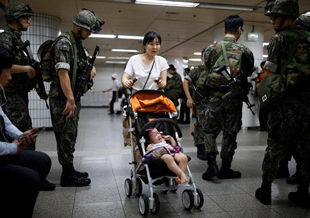 Una mujer coreana con su bebé