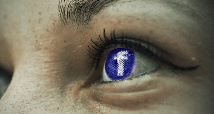 El logotipo de Facebook en un ojo humano