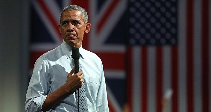 Barack Obama, presidente de EEUU, con las banderas del Reino Unido y EEUU de fondo