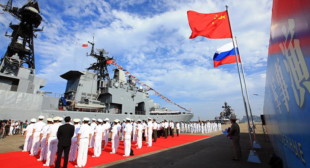 Banderas de China y Rusia durante ejercicios navales