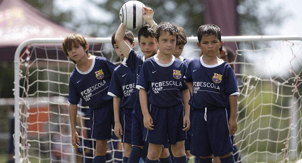 Los niños en la escuela de fútbol