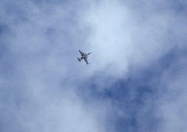 Un avión militar