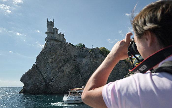 Un turista hace foto del castillo Nido de Golondrina, Crimea
