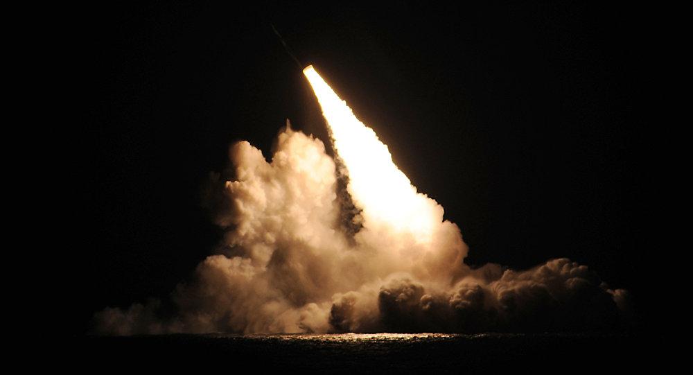 Misil balístico lanzado desde el submarino estadounidense Kentucky