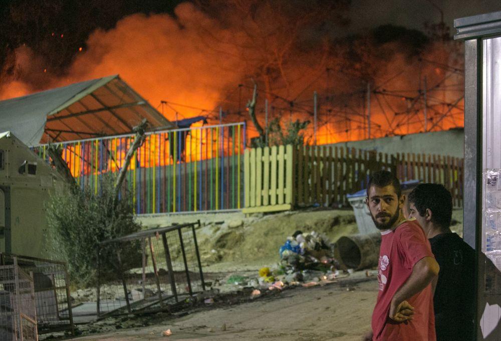 Inmigrantes observan el incendio, en el campo de refugiados de Moria, en la isla griega de Lesbos, el 19 de septiembre.