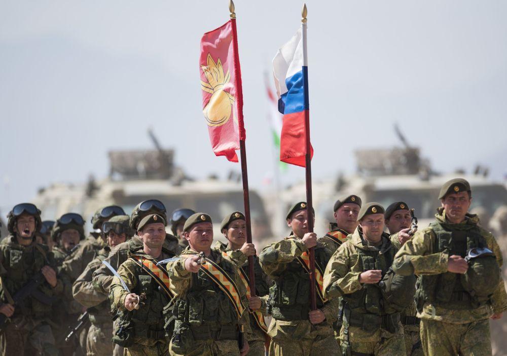 Soldados de los países de la Organización de Cooperación de Shanghái (OCS) durante las maniobras antiterroristas 'Misión de Paz' en Kirguistán.