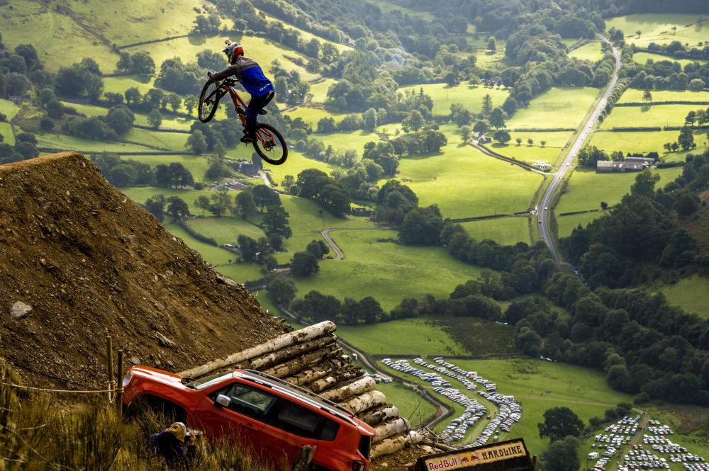 Un participante de una competencia de ciclismo de montaña en Dinas Mawddwy, Reino Unido.