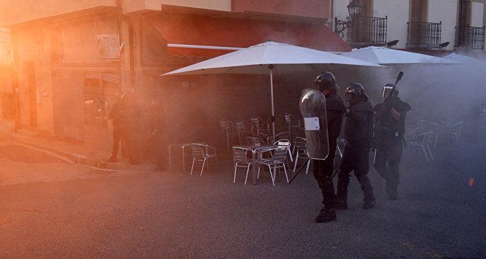Policía española durante la manifestación ilegal a favor de los prisioneros de ETA