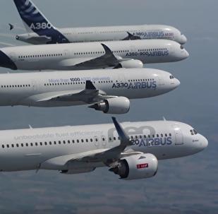 El majestuoso vuelo sincronizado de cuatro aviones civiles