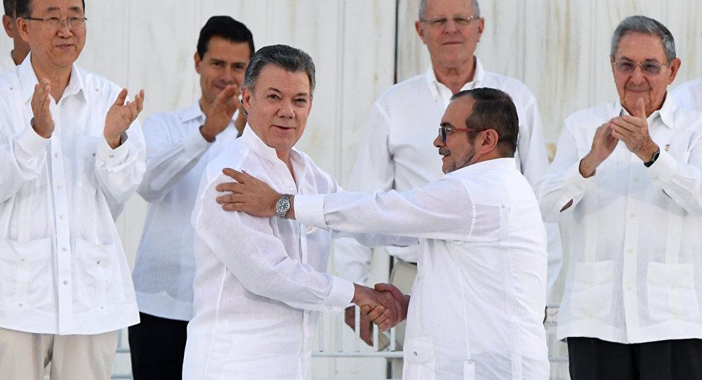 Santos y Uribe se reúnen hoy sobre la paz con las FARC