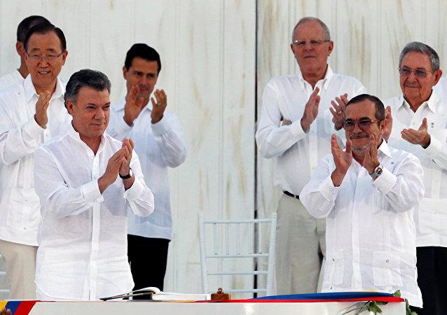 El presidente colombiano, Juan Manuel Santos, y el líder de las FARC, Rodrigo Londoño alias Timochenko  durante la firma del Acuerdo Final sobre la Paz en Cartagena, el 26 de septiembre de 2016