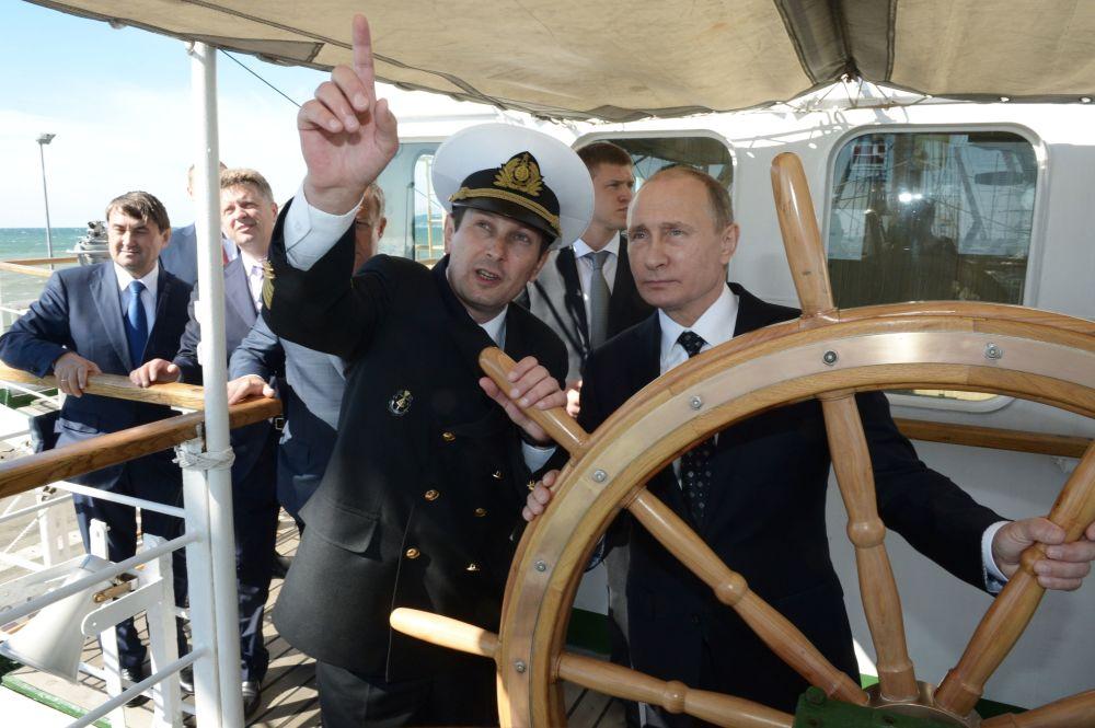 Putin, controla el timón del velero Nadezhda (Esperanza)