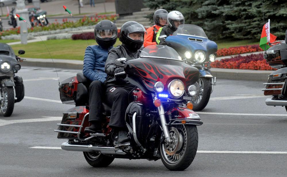 El presidente de Bielorrusia, Alexandr Lukashenko, junto con su hijo Nikolái, al frente de la caravana de motociclistas en Minsk