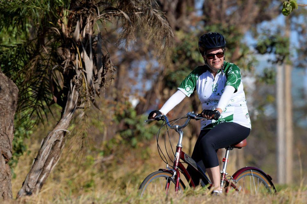 Dilma Rousseff, la expresidenta de Brasil, durante un paseo en bicicleta