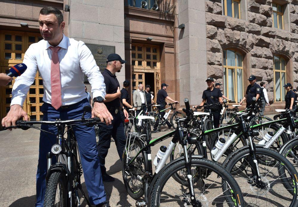 Vitali Klitschkó, el alcalde de Kiev, durante un paseo en bicicleta