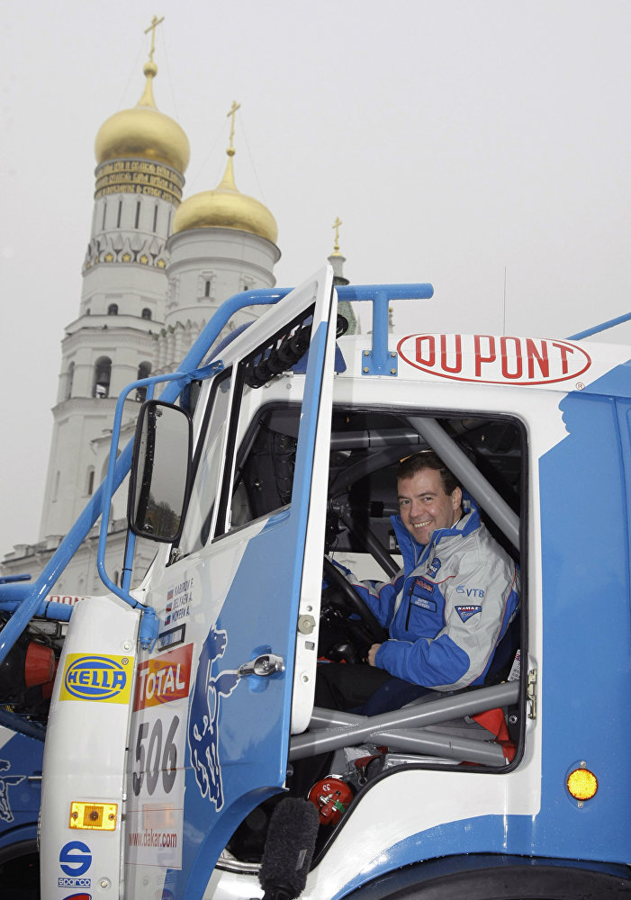 El primer ministro de Rusia, Dmitri Medvédev, durante una reunión con los miembros del equipo KAMAZ-Master, que ganó el Rally Dakar en 2009
