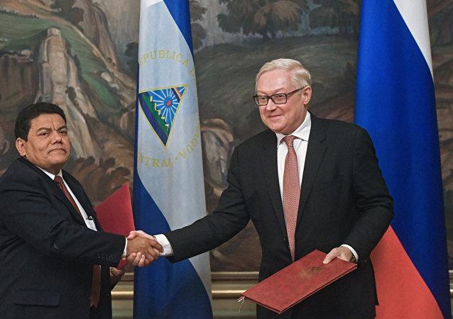 El viceministro de Exteriores nicaragüense, Luis Alberto Molina ruso, y su homólogo ruso, Serguéi Riabkov