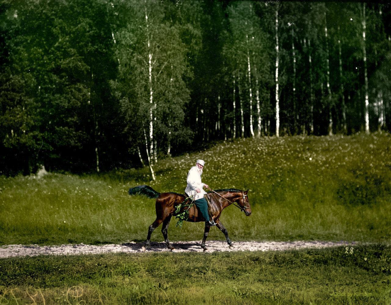 León Tolstói, famoso novelista ruso, durante un paseo a caballo en 1908