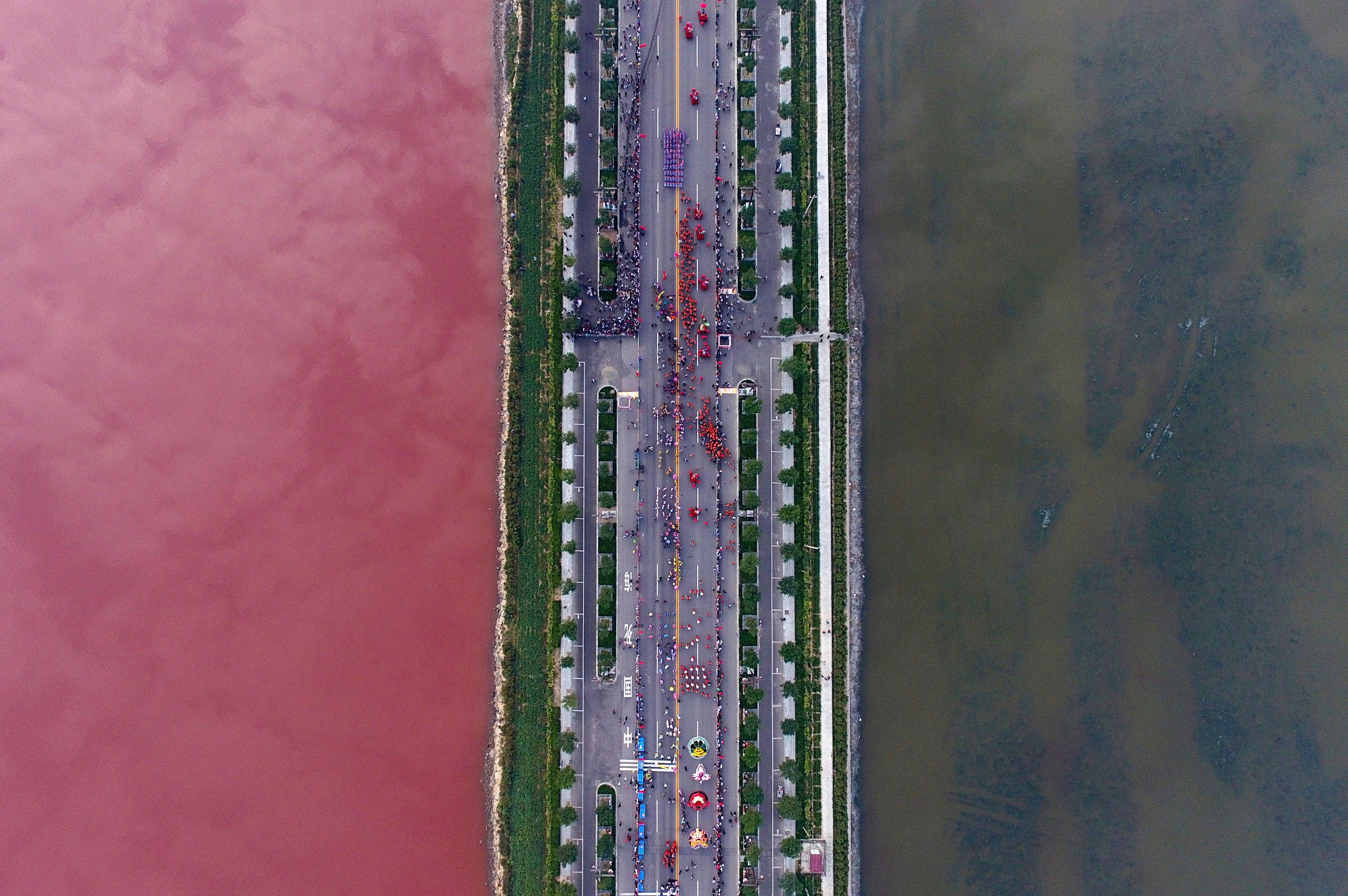 El lago rojo en la provincia china de Shanxi