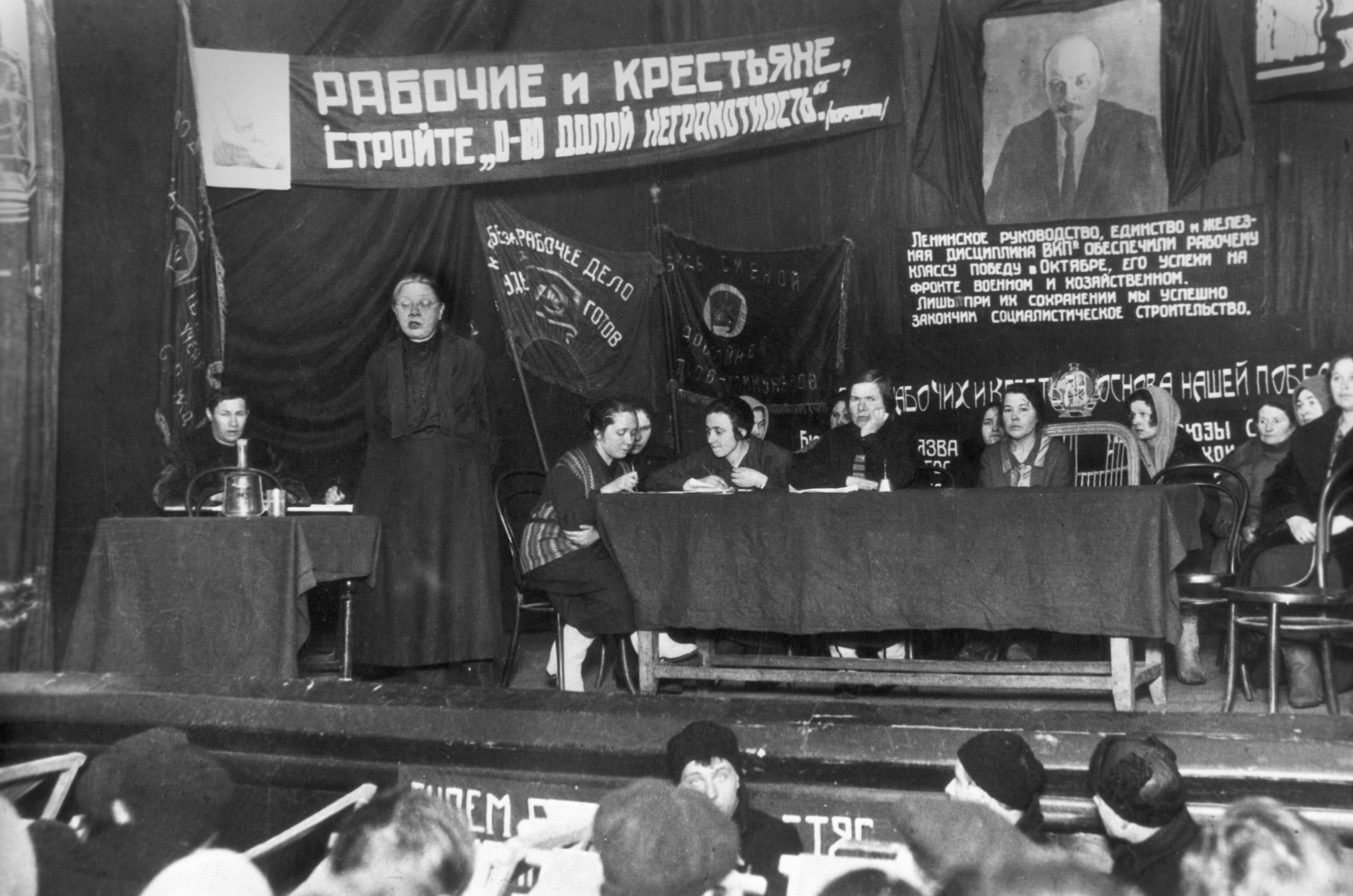 Discurso de Nadezhda Krúpskaya (de pie) en una reunión para la erradicación del analfabetismo en 1927