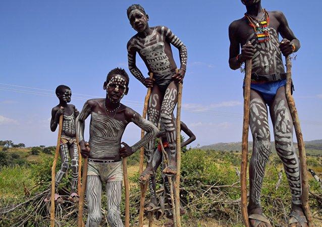 Los jóvenes de una tribu en Etiopía