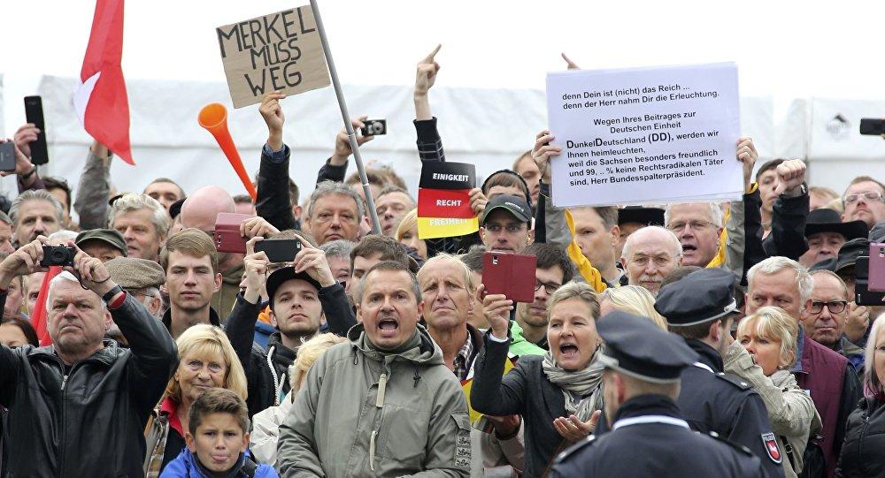 Seguidores del movimiento PEGIDA abuchearon a Angela Merkel