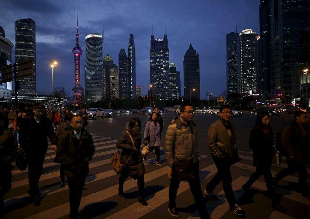 Gente cruza una calle en Shanghái