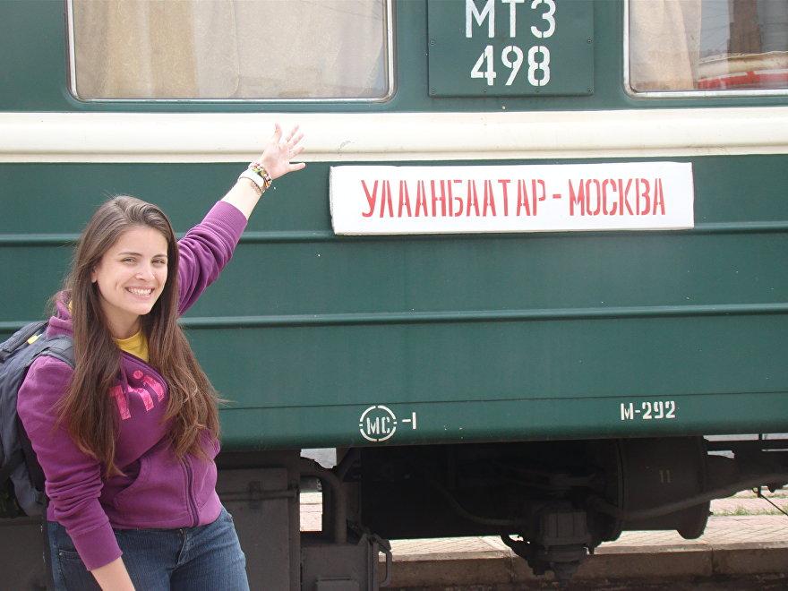 Nuestra redactora, Laís Oliveira, al lado del tren que va de Ulán Bator a Moscú