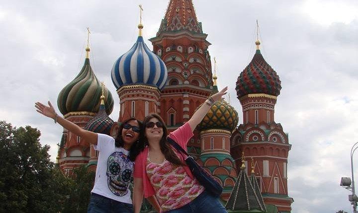 Camila y Laís, frente a la Catedral de San Basilio, en Moscú