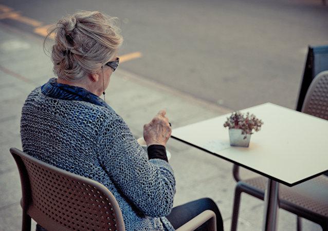 Una mujer tomando café