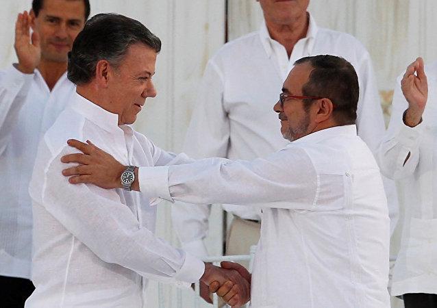 El presidente colombiano, Juan Manuel Santos, y el líder de las FARC, Rodrigo Londoño alias Timochenko durante la firma del Acuerdo Final sobre la Paz en Cartagena (archivo)