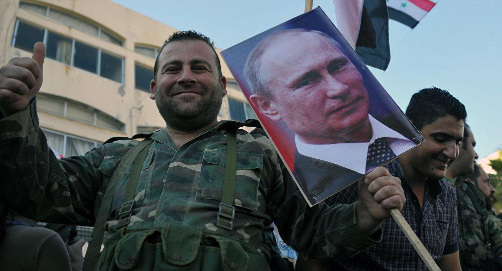 Militares sirios con los retratos de Putin en la ciudad de Tartus