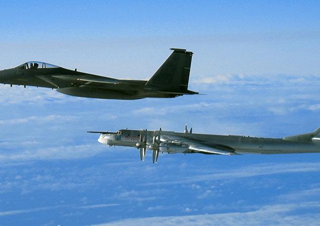 Un F-15 escolta a un bombardero Tu-95 en Alaska